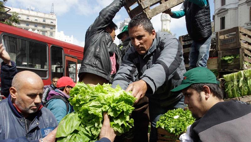 Pequeños agricultores regalaron verduras frente a la Municipalidad