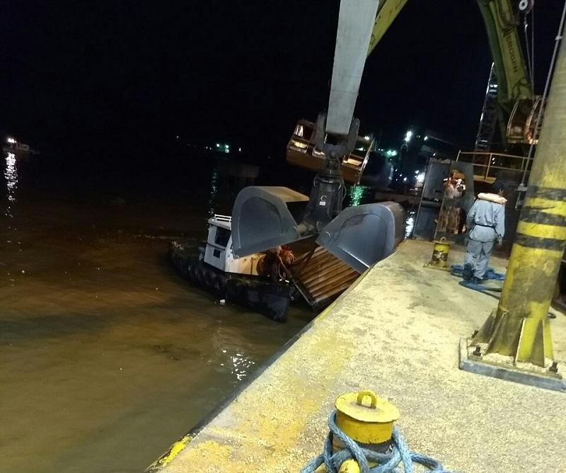 Un buque colisionó contra un muelle en Puerto General San Martín