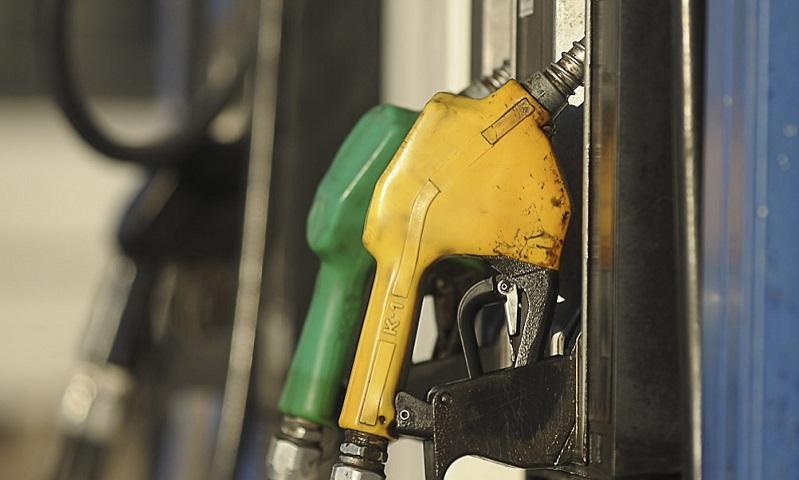 El gobierno postergó la suba de los impuestos a los combustibles