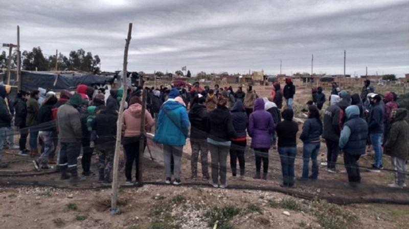 Familias de una toma en Centenario denuncian que se les quiere cortar la luz