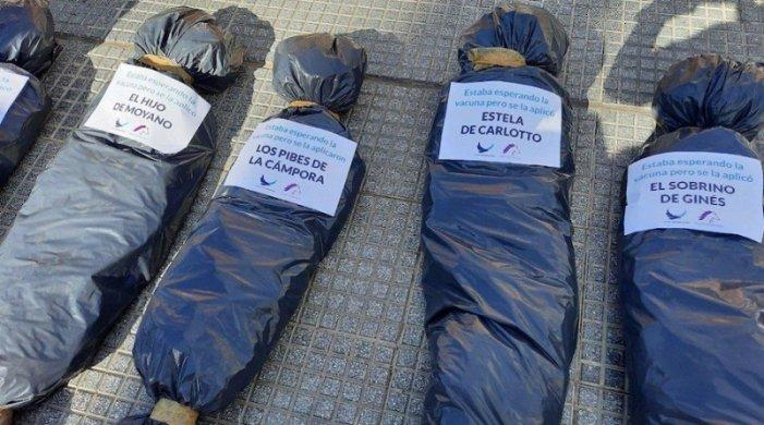 Denuncian a Bullrich y referentes del PRO por las bolsas mortuorias en la marcha de la derecha