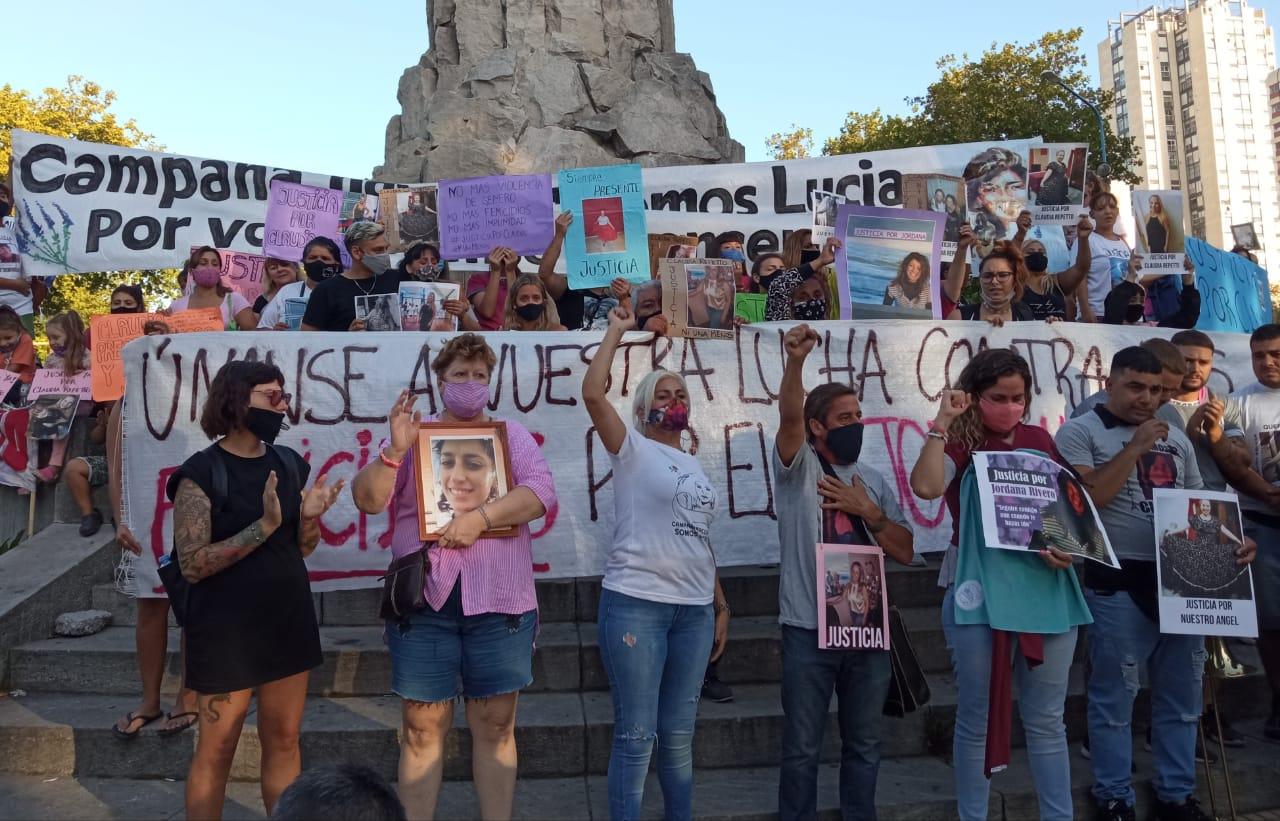 Masiva marcha a un año del femicidio de Claudia Repetto y Jordana Rivero