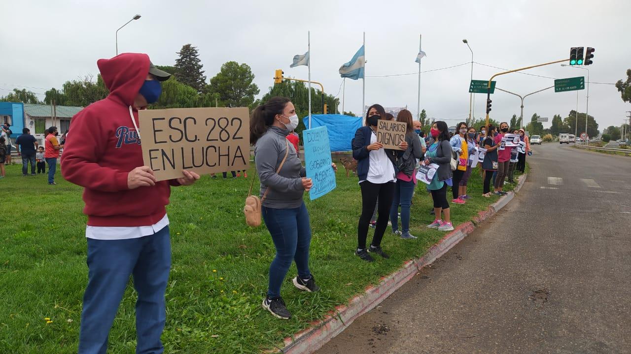 Trabajadores de la educación coparon la tercera rotonda de Centenario
