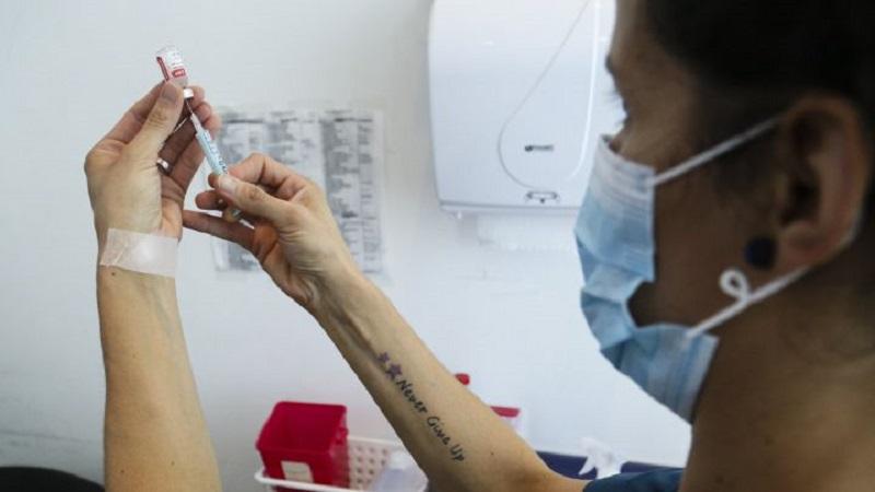 Escasez de vacunas: fallecieron otros dos médicos porteños por covid-19
