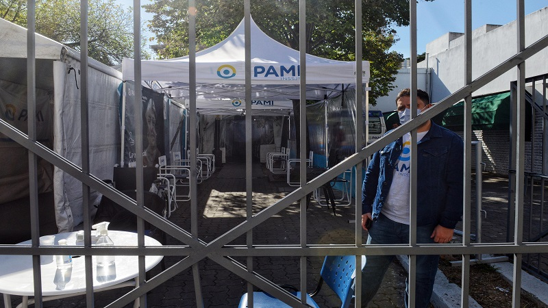 Investigarán la denuncia sobre la manipulación de turnos para vacunar a afiliados del PAMI