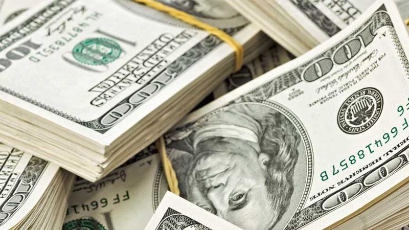 El dólar ganó un centavo en una rueda muy volátil
