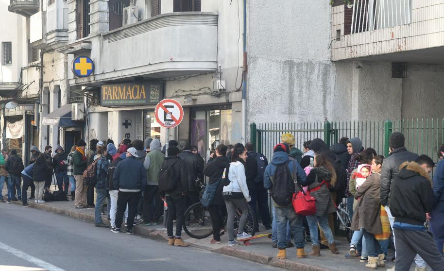 Anuncian inicio de venta de marihuana en farmacias de Uruguay