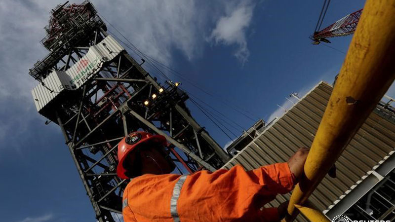 Petróleo avanza tras caída en reservas de EEUU