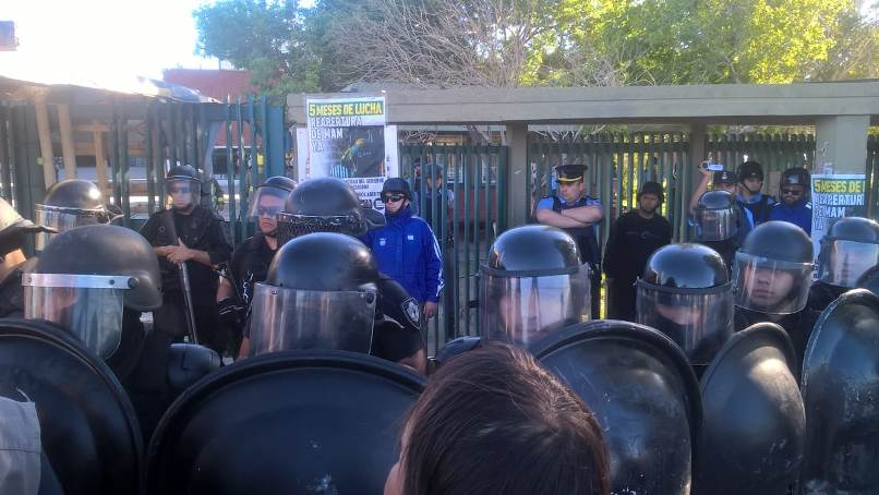Violento desalojo en una maderera en Neuquén