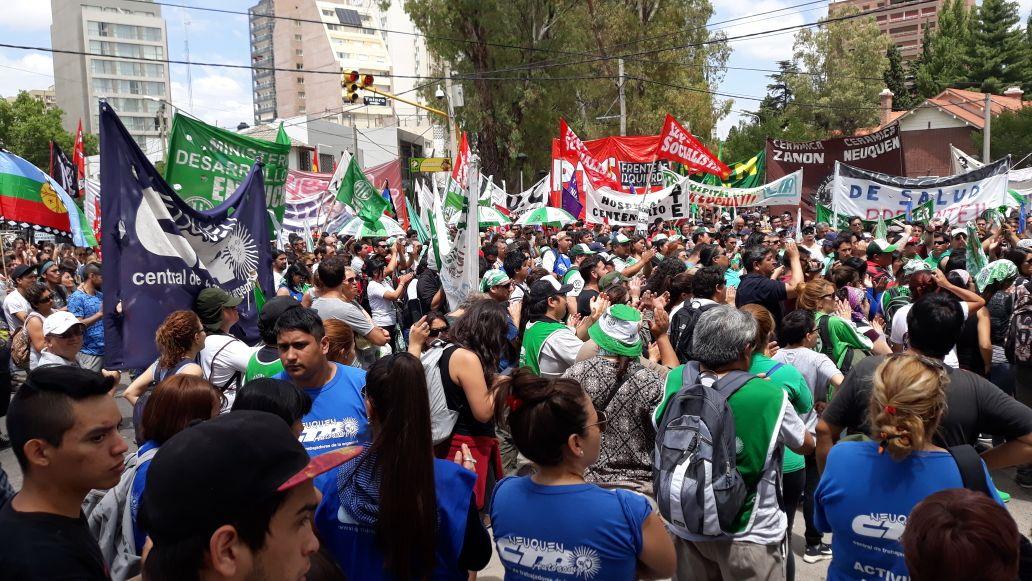 Fracturaron a un diputado en una protesta contra despidos en Neuquén