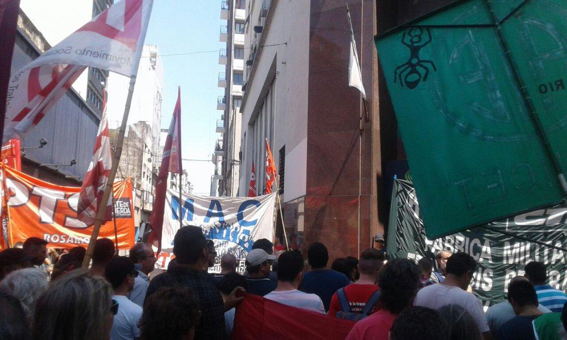 ARGENTINA: Miles de personas marchan en protesta por recortes