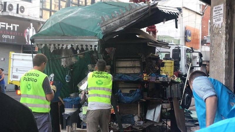 Operativo represivo en Liniers: la Policía desmantela puestos de venta ambulante
