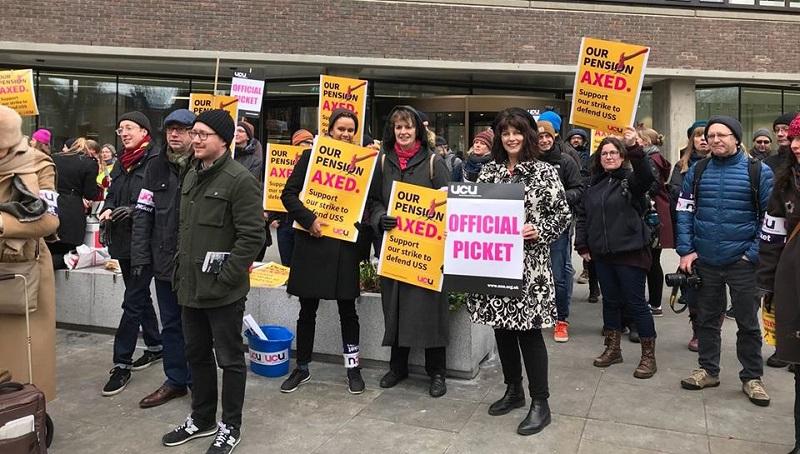 Huelga de docentes universitarios brit nicos en defensa de for Pension para universitarios