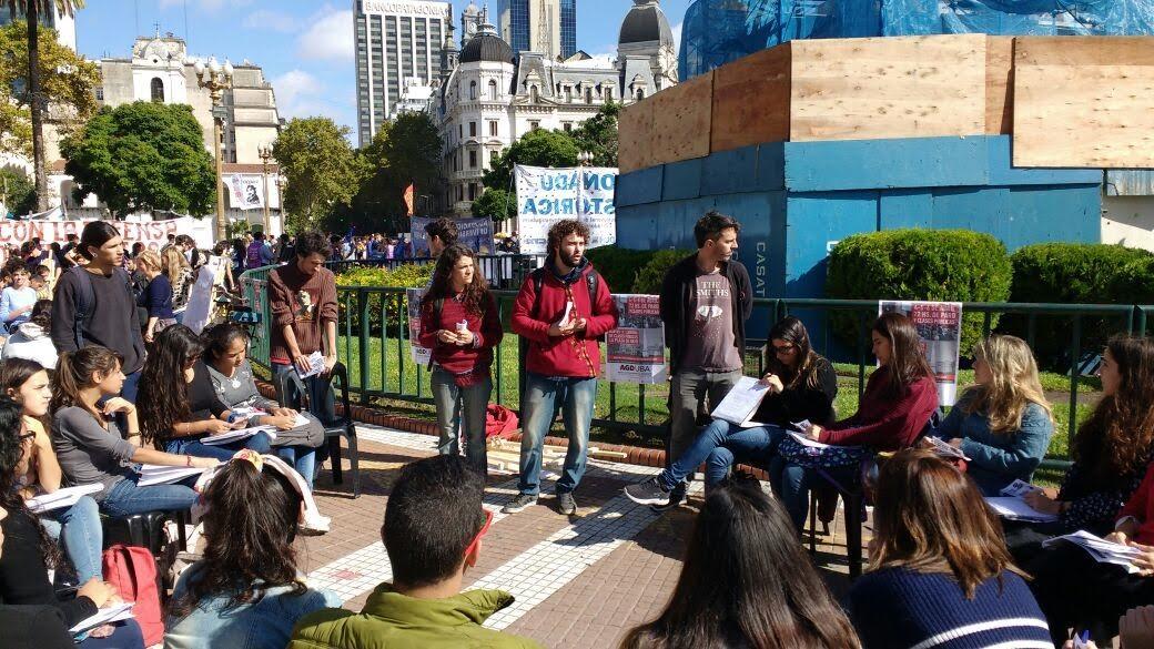 Docentes universitarios dan clases gratuitas en plaza de mayo for Plazas docentes 2017