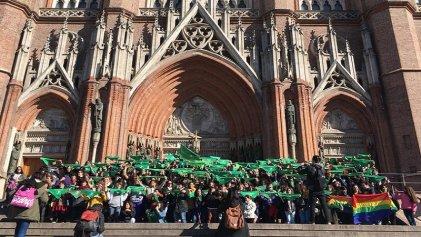La Plata: tras la media sanción en Diputados, emotivo pañuelazo en las puertas de la Catedral