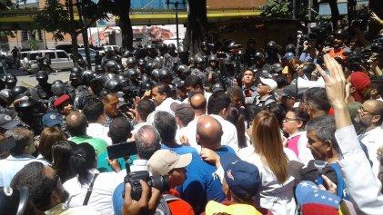 Venezuela: la Policía impidió que las trabajadoras de la salud lleguen a la casa de Gobierno