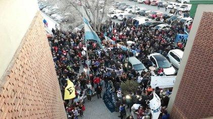 Multitudinaria marcha en defensa de la educación pública en Trelew