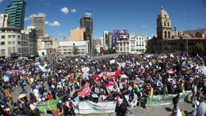 Miles de comunarios protestan en La Paz y son alentados por la población