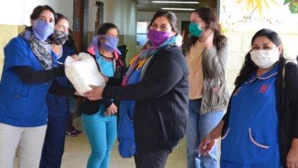 Obreras textiles entregaron barbijos en el hospital Bouquet Roldán de Neuquén