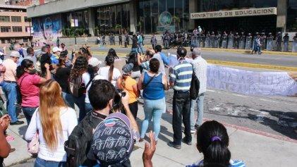 Docentes protestaron en Venezuela por salarios y condiciones de trabajo