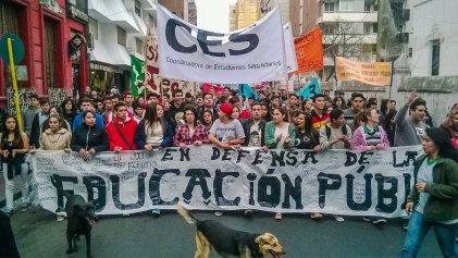 Estudiantes secundarios marcharon en defensa de la educación pública.