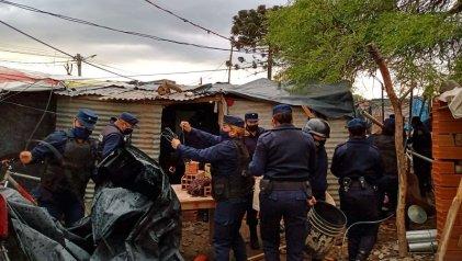 La Policía de Sáenz desalojó a mujeres y niños del barrio Los Pinos-Salta