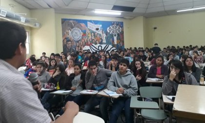 Cientos de estudiantes de Economía y Administración debaten sobre la LES y la CONEAU