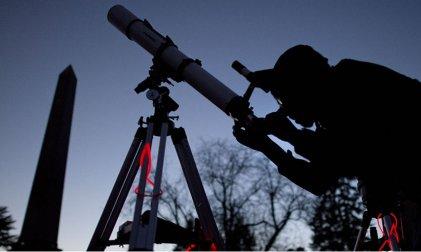 Doble fenómeno astronómico esta noche: eclipse lunar penumbral y paso de un cometa