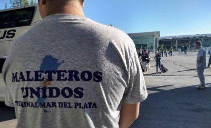 Mar del Plata: la terminal de micros bloqueada hace cuatro días por reclamo de maleteros