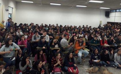 Masiva asamblea interclaustro en facultad de Economía y Administración de la UNCo