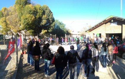 Abrazo simbólico a la Salita del barrio Anai Mapu en defensa de la Salud Pública