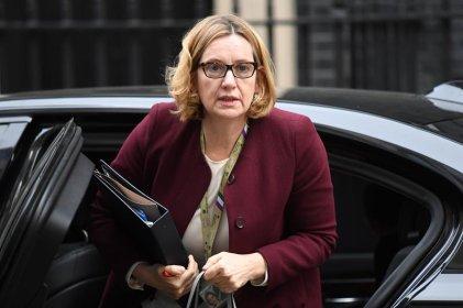 Dimite la ministra del Interior británica por proponer cuotas de deportación a extranjeros