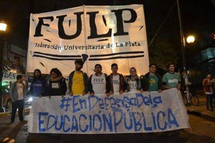 Marcha de antorchas de la FULP, un trámite para posar de luchadores