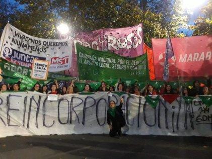 La Plata: pañuelazo por el aborto legal junto a las trabajadoras de la línea 144