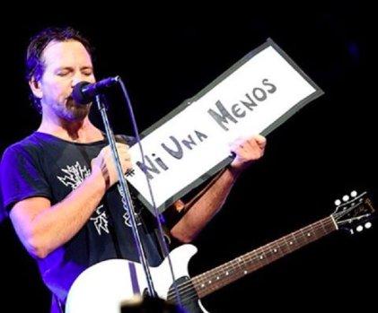Eddie Vedder, cantante de Pearl Jam, echa a espectador por agredir a una mujer