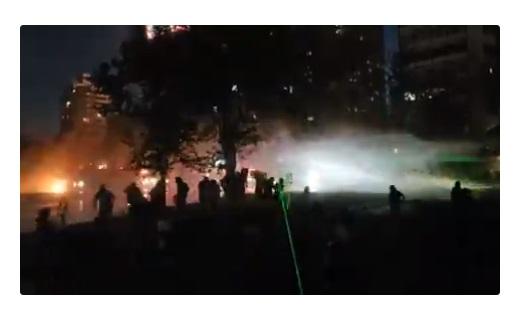 """Manifestantes se tiran al río Mapocho tras """"encerrona"""" de Carabineros"""