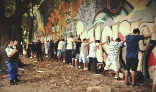 Contra la pared: criminalización de la juventud y la clase trabajadora