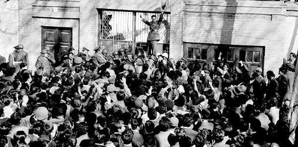 Un ufficiale dell'esercito arringa i partigiani dello Scià Reza Pahlavi di fronte alla residenza del primo ministro Mossadegh. Teheran, 28 febbraio 1953