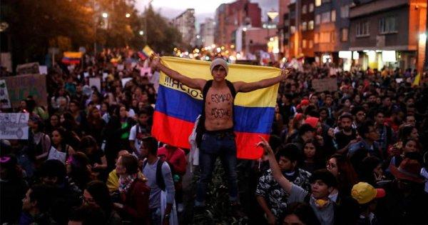 """Piden """"perdón"""" al mismo tiempo que asesinan, tercera noche de protestas y represión en Colombia"""
