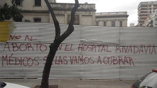 Militantes antiderechos se disfrazan de médicos para impedir abortos no punibles