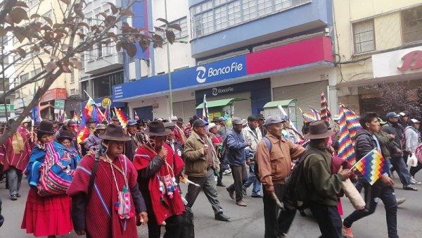 Masiva movilización campesina en el centro de La Paz contra el golpe de Estado