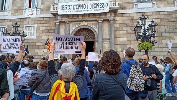 Golpe al independentismo: tribunal español inhabilita al presidente catalán