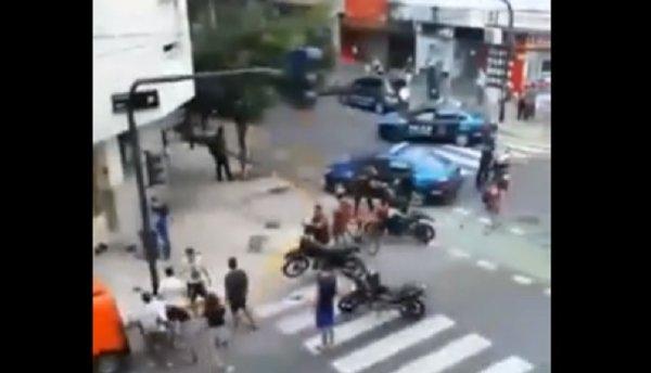 Patrullero pasó en rojo y mató a una chica de 19 años en Villa Crespo