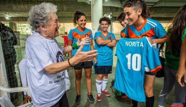 Norita Fútbol Club: quince mujeres salen a la cancha en honor a la incansable Nora Cortiñas