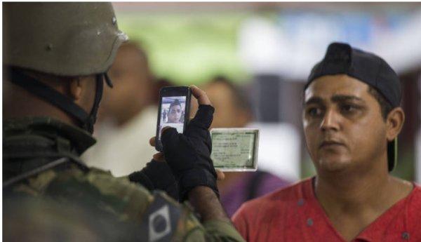 """Brasil: el Ejército """"ficha"""" a los habitantes de las favelas de Río de Janeiro"""