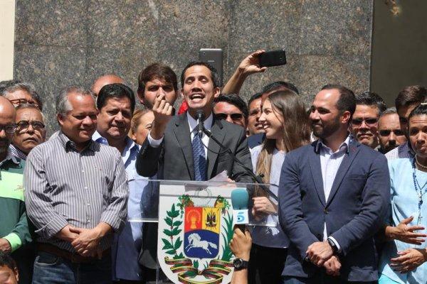 Guaidó vuelve a llamar a los militares y pide a EE. UU. mantener embajada