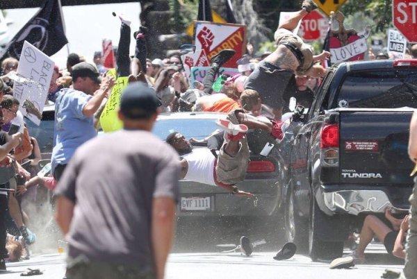 Violencia de supremacistas blancos deja un muerto en Virginia