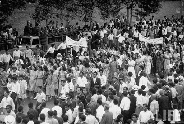 Manifestazione contro la monarchia a Teheran, 1952