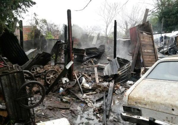 Una madre y sus tres hijos fallecieron en el incendio de su casa prefabricada