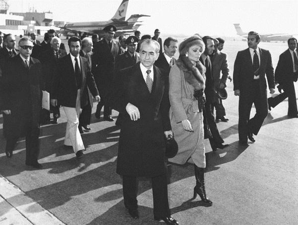 El Sha Reza y su esposa la emperatriz Farah caminan hacia el avión que los sacará de Irán, 16 de enero de 1979.